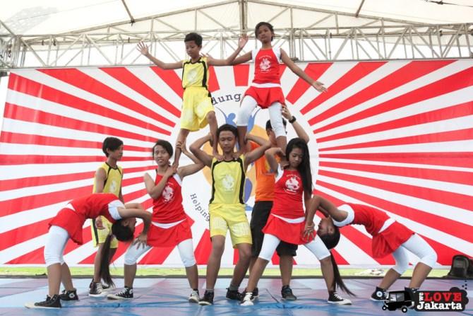 Juggling circus_red nose circus_Yayasan Hidung Merah_Red Nose Foundation_Indonesia_tasha may_we love jakarta_welovejakarta.com_Circus kids in Indonesia_acrobats
