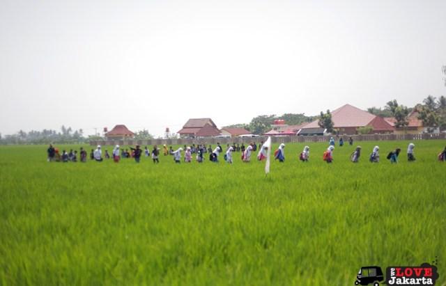 Tasha May_we love jakarta_Karawang_Bekasi_West Java_Candi Blandongan_Indonesia_School kids on a field trip to the temples