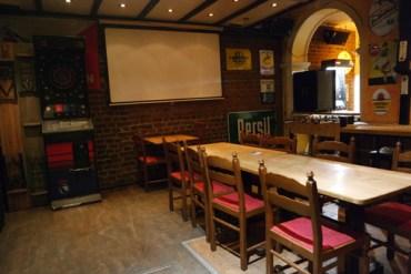 Lange Tische für Gruppen und eine schöne große Leinwand für Fúßballübertragungen