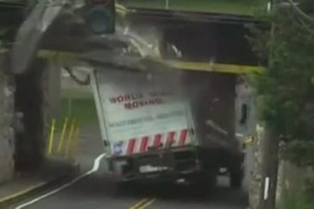 ein Lkw kracht in eine Brücke