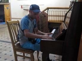 Andreas, ein Schweizer Radler, vermisst sein Klavier!