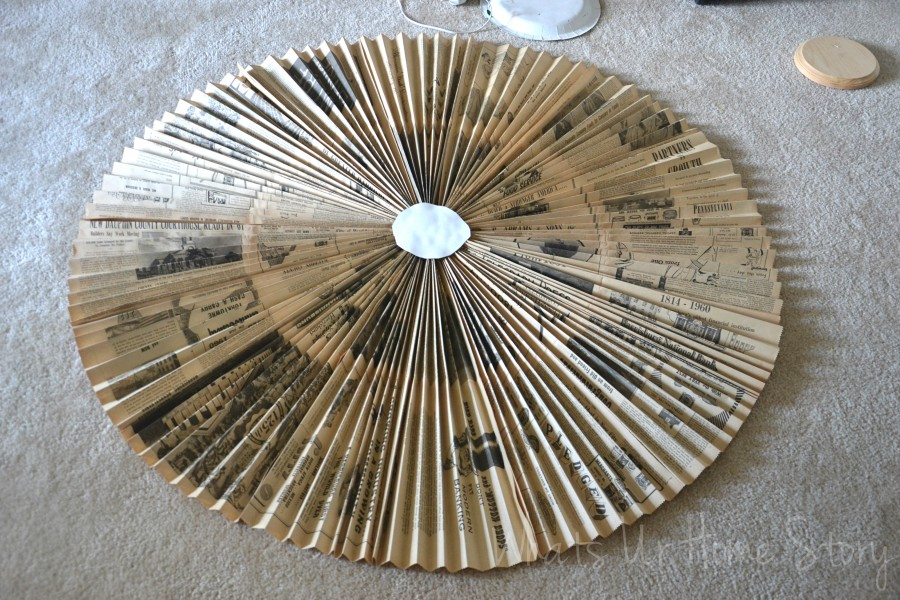 Whats Ur Home Story: Vintage newspaper medallion  tutorial, paper fan medallion tutorial, DIY paper accordion wall hanging