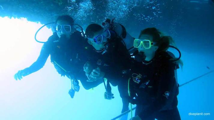 6303-Divers-setting-off-from-the-dive-platform-at-Reefworld-Pontoon-diving-Whitsundays-DPI-6303