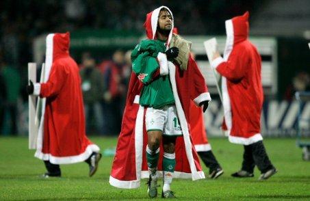 http://i1.wp.com/www.whoateallthepies.tv/santa%20football.jpg?resize=453%2C294