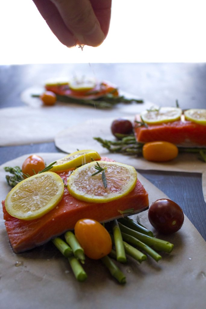 how to cook salmon in parchment paper