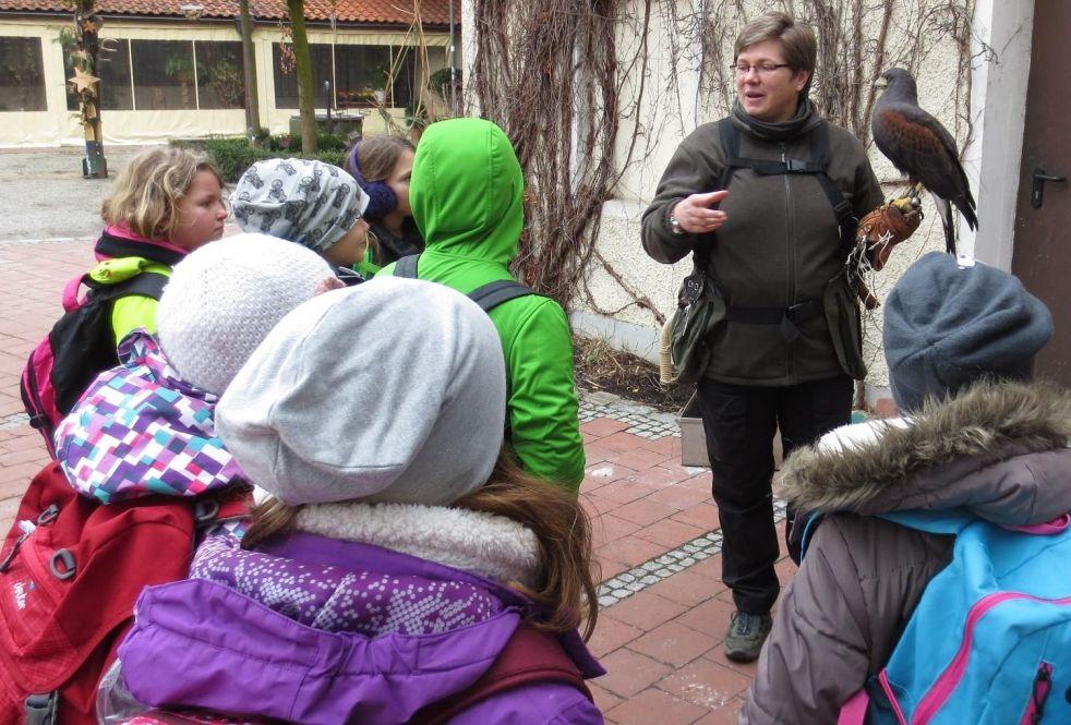 Patricia Huber erklärt die Aufgaben einer Falknerin.