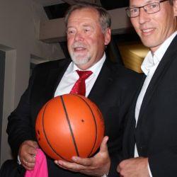 Walter Bleimann ist neuer stolzer Besitzer des Balls mit der Nowitzki-Unterschrift.