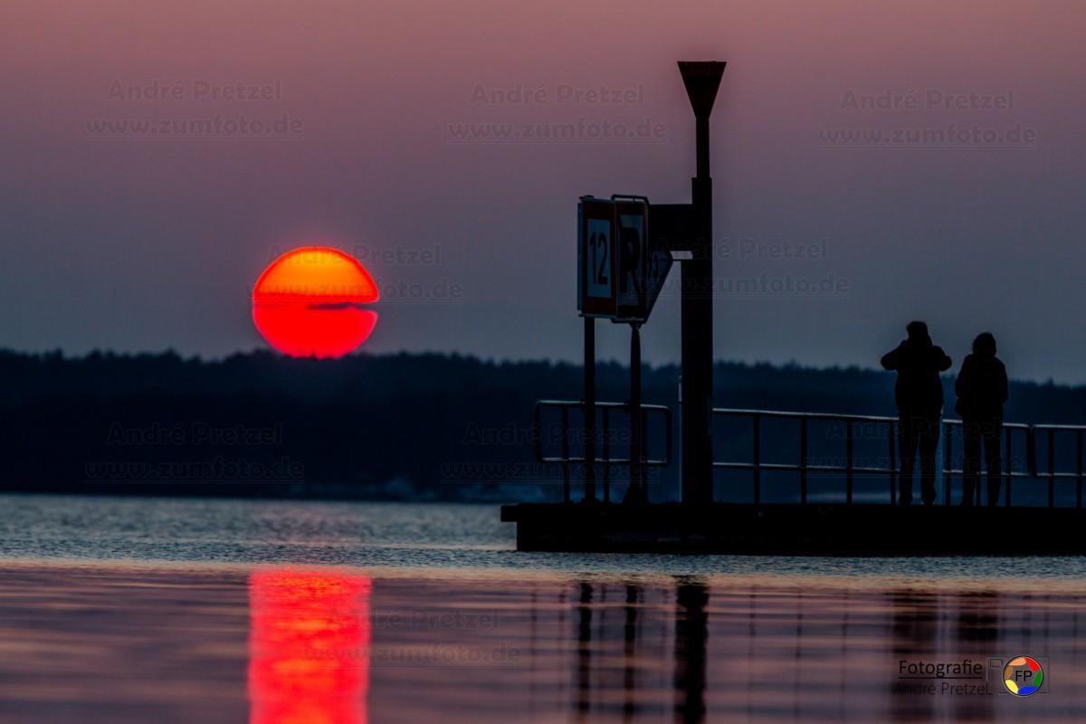 blutrot ging die Sonne am Warener Stadthafen unter - www.zumfoto.de