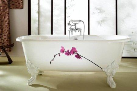 freistehende badewanne mit blumendenkor auf fuessen