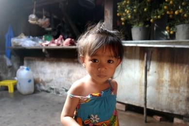 Une petite fille à Kampot, Cambodge