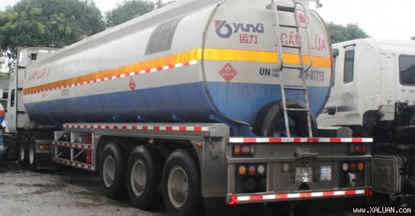 Xe téc BKS 37C- 7512 đựng 40.000 lít dung môi đang bán cho Công ty Thanh Ngũ bị bắt quả tang.