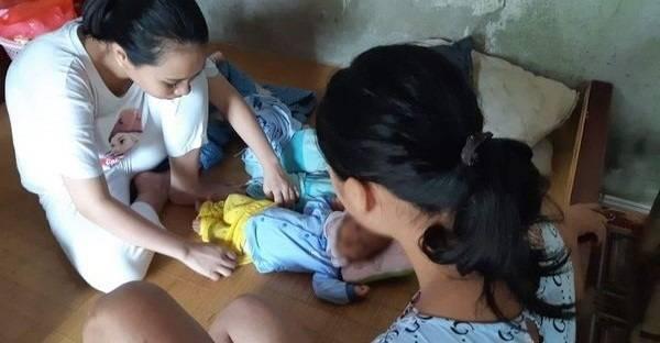 H. (bên phải) đang chăm sóc cho con gái gần 2 tháng tuổi.
