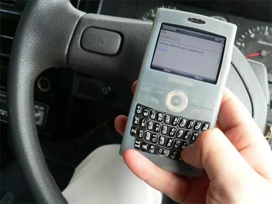 Οδήγηση και αποστολή SMS δεν πάνε μαζί