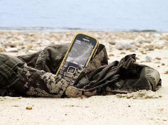 Κινητό με άμμο στην παραλία