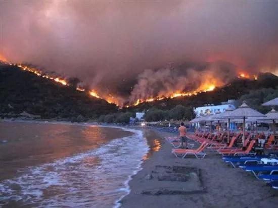 Πύρινος εφιάλτης στη Χίο: Συγκλονιστικές φωτογραφίες στο Twitter