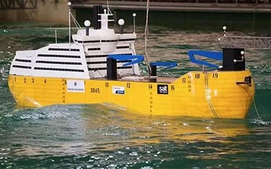 Πλοίο αντιμετωπίζει την κακοκαιρία με δικά του κύματα!