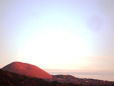 朝日に染まる大室山