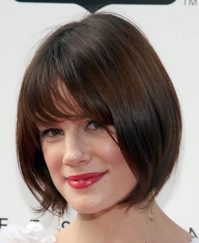 Фото причёски каре с косой челкой