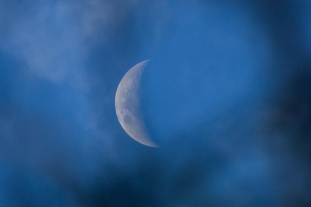 La luna menguante se revela en el cielo durante un atardecer en el chaco paraguayo. (Tetsu Espósito)
