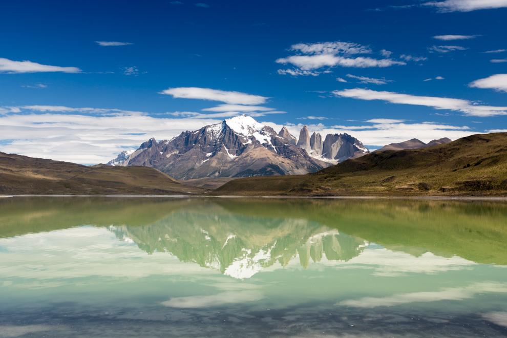 La Laguna Sucia ofrece un espectáculo de colores mágicos con las Torres del Paine al fondo, en un recorrido dentro del Parque Nacional Torres del Paine, territorio chileno. (Tetsu Espósito).