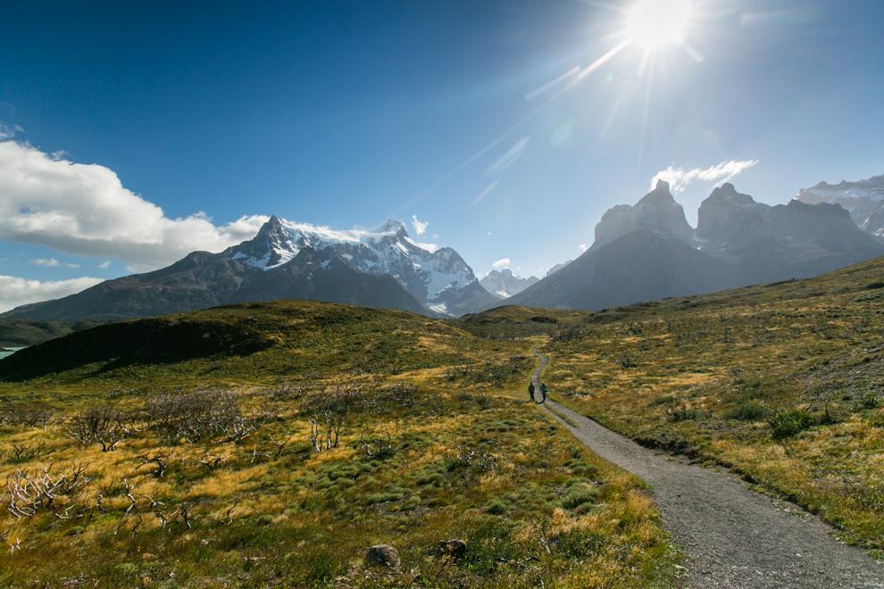 Dos personas caminan hacia las formaciones rocosas conocidas como Los Cuernos del Paine, otra de las maravillas que ofrece este parque nacional en la Patagonia chilena. (Tetsu Espósito)