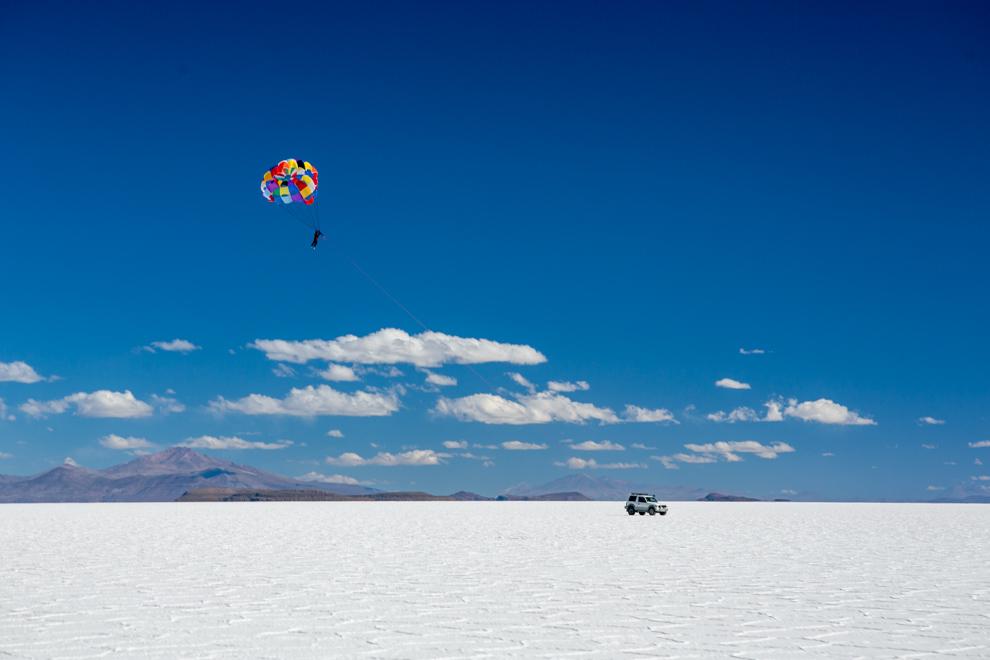 El salar de Uyuni es el mayor desierto de sal continuo del mundo, con una superficie de 10 582 km² y ofrece un espectáculo sin igual para los turistas que lo visitan. Entre las diversas actividades que se pueden hacer, se encuentra ser estirado en paracaídas por un vehículo y apreciar la inmensidad de este mar blanco. (Tetsu Espósito)