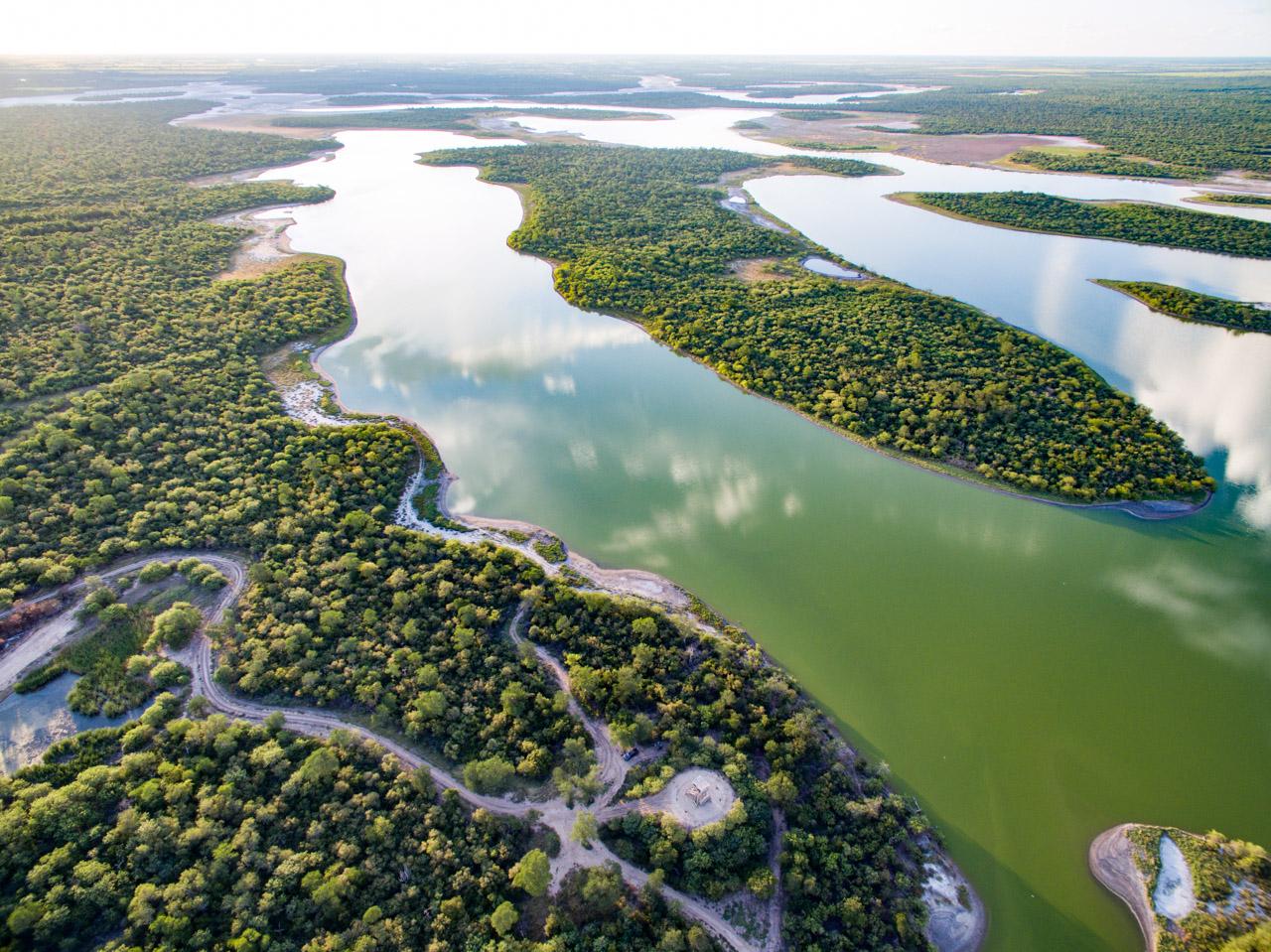Una vista aérea de Laguna Campo María, donde podemos ver en la parte central inferior, un mirador ideal para la observación de aves. (Tetsu Espósito).