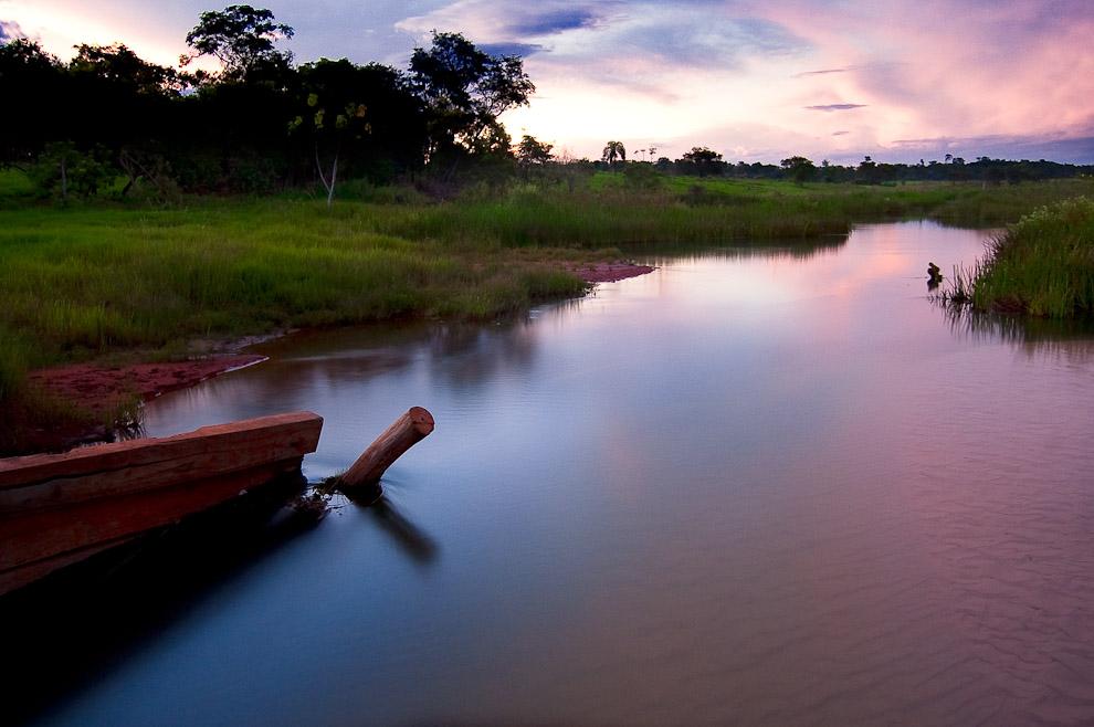 Este es el arroyo que cruza los campos de Río Verde, los lugareños aseguran que estas aguas terminan en el gran lago de Laguna Blanca. (San Pedro, Paraguay - Elton Núñez)
