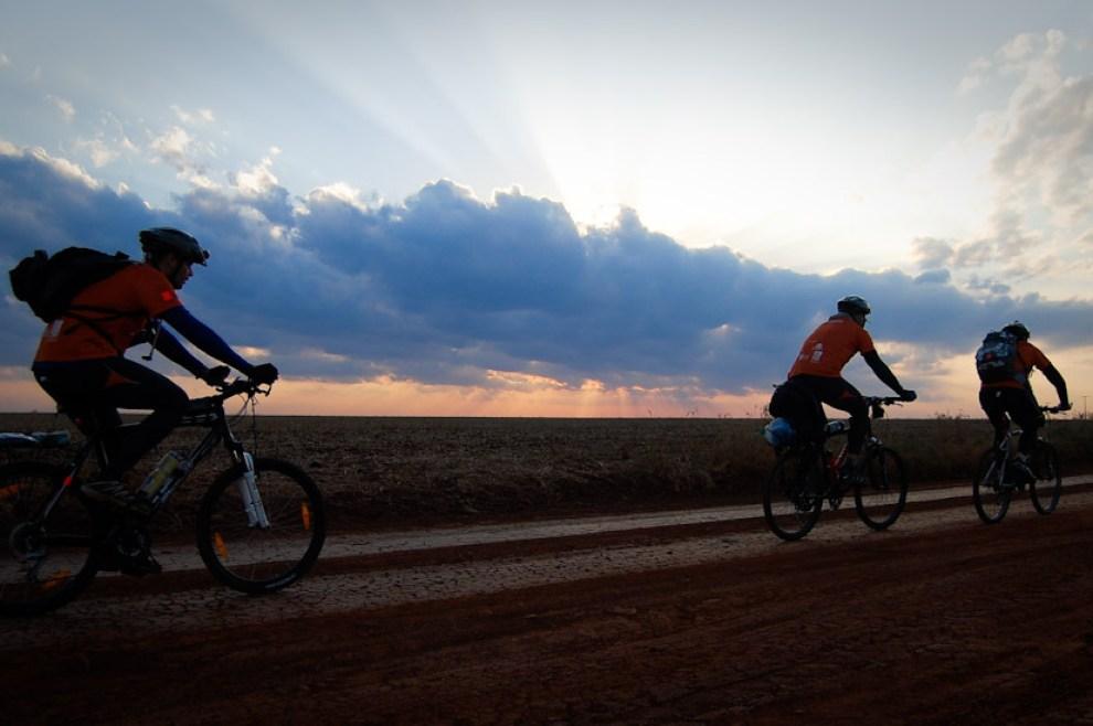 En noviembre del 2009 trajimos imagenes de la ecoaventura mas importante que se llevo a cabo en Paraguay. Etapa de ciclismo de decenas de kilómetros en los campos camino a la Municipalidad de Itakyrý en la tarde del viernes, hermosa atardecer nos regaló la madre naturaleza esa vez.
