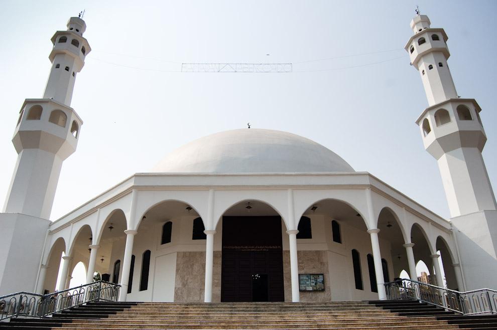 Fachada de la Mezquita Árabe en donde oran los miembros del Centro Islámico de Foz de Iguazú, que muy pronto se va redefinir como templo turístico y visitarlo estará al alcance de todos. (Elton Núñez - Foz de Iguazú, Brasil)
