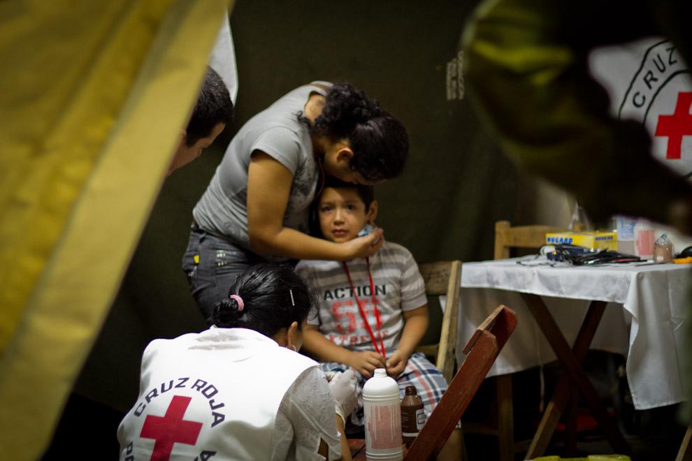 La Cruz Roja realizaba una incansable labor para atender varias de las dolencias que aquejaban a los peregrinantes de todas las edades, aquí un niño recibe curación en los pies despues de realizar una larga caminata. (Tetsu Espósito - Caacupé - Paraguay)