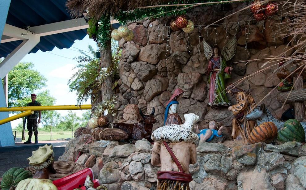 El pesebre de Navidad frente al portal de acceso a la Base de las Fuerzas Aéreas del Paraguay el día 25 de Diciembre, obra de arte que armaron ellos mismos para recibir al Niño Jesús. (Elton Núñez - Asunción, Paraguay)