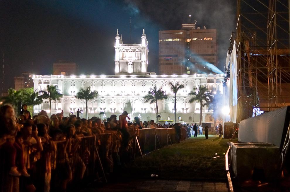 En la noche del lanzamiento de los globos aeroestaticos impulsados por mechas y pintados con los colores patrios, se realizo un concierto musical que reunió a mas de 2 mil personas en la costanera detrás del Palacio de Gobierno. (Elton Núñez - Asunción, Paraguay)