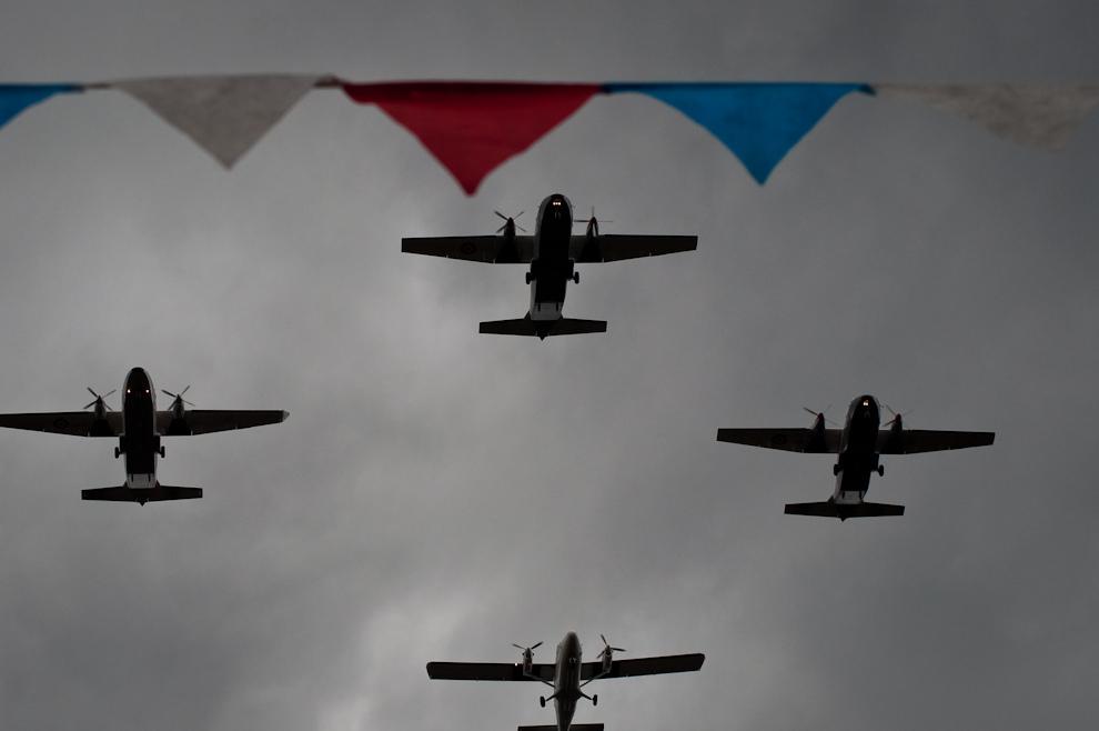 Los Aviones de Transporte de Tropas de las Fuerzas Armadas de la Nación sobrevuelan la avenida Mariscal López mientras abajo desfilan los escuadrones. (Elton Núñez - Asunción, Paraguay)