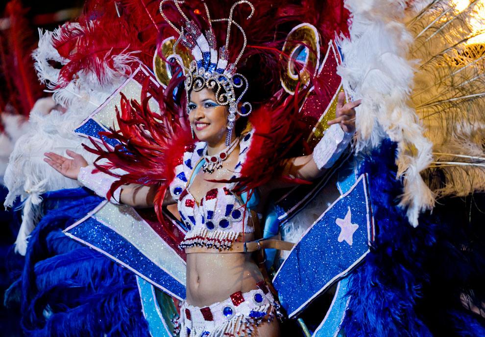 Con los colores patrios, esta joven bailaba con su alegoría del carnaval, en el Desfile de las Naciones, realizado el sábado 14. (Tetsu Espósito - Asunción, Paraguay)