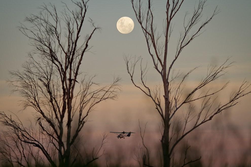El Aeródromo Yvytu, en la ciudad de San Bernardino, fue escenario de un show el día lunes 16 de Mayo, con globos aerostáticos, aviones, paramotores, y este ultraliviano, que realizaba su último vuelo de la tarde, mientras la luna se erguía imponente en el firmamento. (Tetsu Espósito - Asunción, Paraguay)