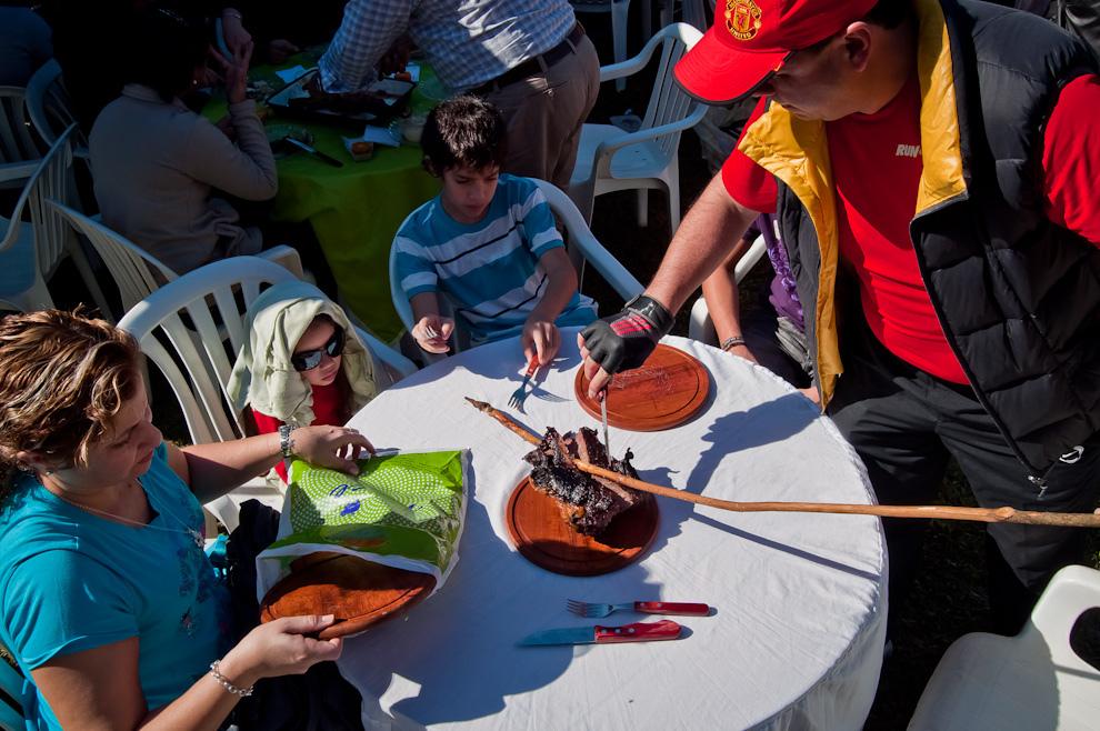 En una radiante mañana, las familias de distintas localidades disfrutaron de deliciosos y tradicionales platos,  siendo el más consumido el de oveja a la estaca, tradicional preparación que es protagonista de las fiestas misioneras. (Elton Núñez, San Miguel - Paraguay)