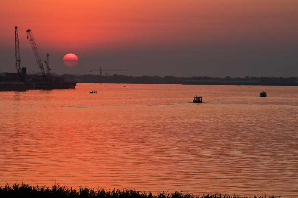 El sol a punto de ocultarse, visto desde la bahía de Asunción en la tarde del lunes 15 de Agosto. (Elton Núñez)