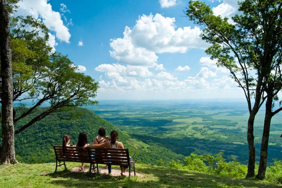 En nuestro último post te traíamos las mejores imágenes de la vida cotidiana en Paraguay. Cuatro amigas observan el inmenso paisaje desde la cumbre del Cerro Akatí en el distrito de Melgarejo del departamento de Guairá. En la punta del cerro hay un rancho y espacio para realizar campamentos, el lugar es accesible con vehículos 4x4 y camionetas 4x2, la entrada está fijada a 10.000gs por persona, fondo que es utilizado para el mantenimiento del predio. (Elton Núñez)