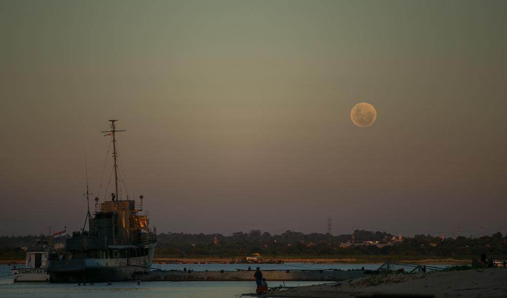 La luna se deja ver en la Bahía sobre el Río Paraguay mientras continúan las obras de la costanera de Asunción.
