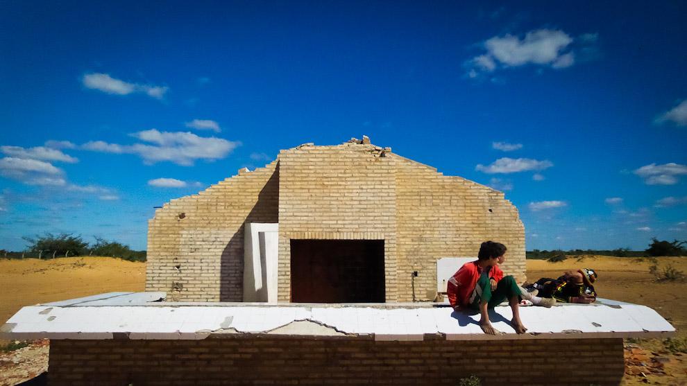 Unos muchachos se acuestan en las ruinas de lo que antes era un quincho en la arenera detrás del Cerro Lambaré. Los pobladores de la zona comentaron que unos indígenas que se mudaron recientemente en esa zona debido a la subida del río, en una noche robaron el techo y las vigas de madera para construir sus casitas (Elton Núñez).