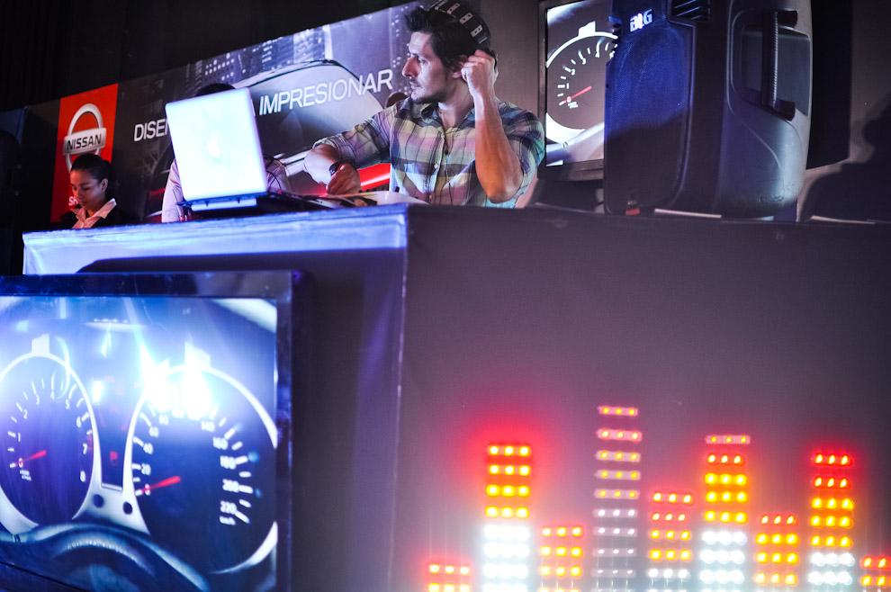 Un Dj musicaliza el stand de Nissan en el show room del Asunción Fashion Week en la edición Primavera Verano 2013/2014, en su tercer día de la semana de la moda. (Elton Núñez)