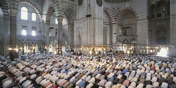 Turkey, Istanbul, Suleymaniye Mosque, crowd praying