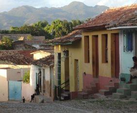 Cuba: Ruelle pavé de la ville de Trinidad, inscrite à l'Unesco