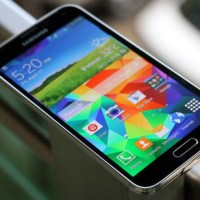 Samsung Galaxy S5 takes the Ice Bucket Challenge, calls out other flagship rivals