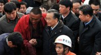 """<p><span style=""""font-size: 12px;""""><strong>Nota: este post se irá actualizando a lo largo de los días con las últimas cifras oficiales.<br /> </strong></span></p> <p>A modo de resumen, estos son algunos de los puntos más importantes del terremoto que ha provocado el caos en Qinghai:</p> <p>- <strong>Víctimas:</strong> hasta ahora, las cifras oficiales son de 2039 muertos, 195 desaparecidos y más de 10.000 heridos (más de 1.000 muy graves). Otras 100.000 personas se han quedado sin hogar. Aunque las cifras seguirán subiendo en las próximas semanas, la tragedia no alcanzará ni de lejos a la del terremoto de hace dos años en Sichuan (más de 80.000 víctimas mortales). Todavía quedan muchas personas bajo los escombros y es difícil hacer un cálculo relativamente exacto, pero es un alivio que los fallecidos no vayan creciendo por miles como en otras tragedias naturales.</p> <p><strong>- Labores de rescate: </strong>el Gobierno ha movilizado todas las unidades de rescate, médicos y soldados. Ha utilizado portaaviones y paracaidistas. El jueves por la mañana llegaron a la zona varios centenares de doctores y seis toneladas de material médico. Todas las provincias cercanas (Sichuan, Gansu, Shaanxi) y otras que están a más de mil kilómetros (Guangdong, Beijing) se han volcado con la catástrofe. Más de mil personas han sido rescatadas, en imágenes de la catástrofe que lamentablemente se están convirtiendo en frecuentes en la prensa china. De seguir así, el país se va a convertir tristemente en un especialista a la hora de llevar a cabo labores de rescate.</p>"""