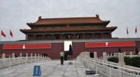 """<p>Los dos letreros que acompañan hoy al retrato de Mao en la plaza de Tiananmen llevan ahí desde hace 60 años. Con todos los cambios que ha experimentado el país en las últimas tres décadas, ¿ha llegado el momento de cambiarlos? Eso es lo que defiende el abogado Huang Shuilin en el artículo que traducimos a continuación, donde explica que el eslogan actual a la izquierda de Mao (""""Viva la gran unidad de los pueblos del mundo""""·) debería ser modificado por """"Viva la paz entre los pueblos de todo el mundo"""". Un cambio con mucho significado político, sobre todo el de transformar uno de los lugares más sagrados para el Partido Comunista de China.</p>"""