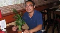 """<h5>Pepe, dueño de un restaurante chino de Barcelona: """"¿Quién dice que si una persona come perro no puede ir al cielo?""""</h5> Hoy comemos en el restaurante Yijiaren (一家人), situado en el Ensanche barcelonés. El propietario, Pepe, nos recibe con los brazos abiertos, un buen ejemplo de la hospitalidad china. Este joven natural de Shanghai es todo un emprendedor: pese a contar con estudios de mercadotecnia y haber trabajado para empresas catalanas, optó por montar hace dos años lo que él considera un verdadero restaurante de comida china. De Pepe llama la atención su afán por promover y difundir la cultura de su país, sus esfuerzos por explicar el origen del doufu picante (麻婆豆腐, <em>mapo doufu</em>) y, por qué no decirlo, su buen nivel de español. <strong>Por Irene T. Carroggio.</strong>"""