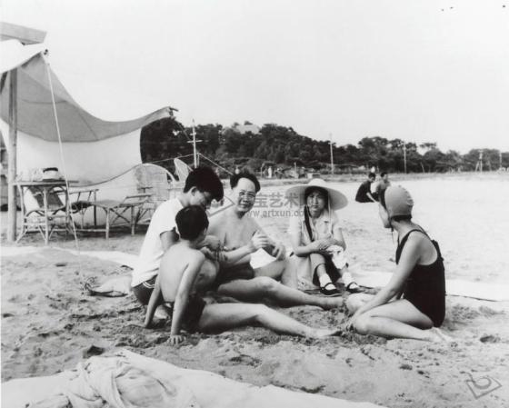 Mao Zedong con su familia en Beidaihe, durante el verano de 1954.