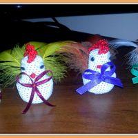 Dekoracje Wielkanocne - wstążkowe pisanki i szydełkowe kurczaczki
